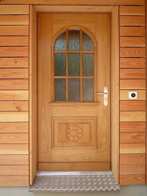 Eine komplett aus Holz bestehende Eingangstür.