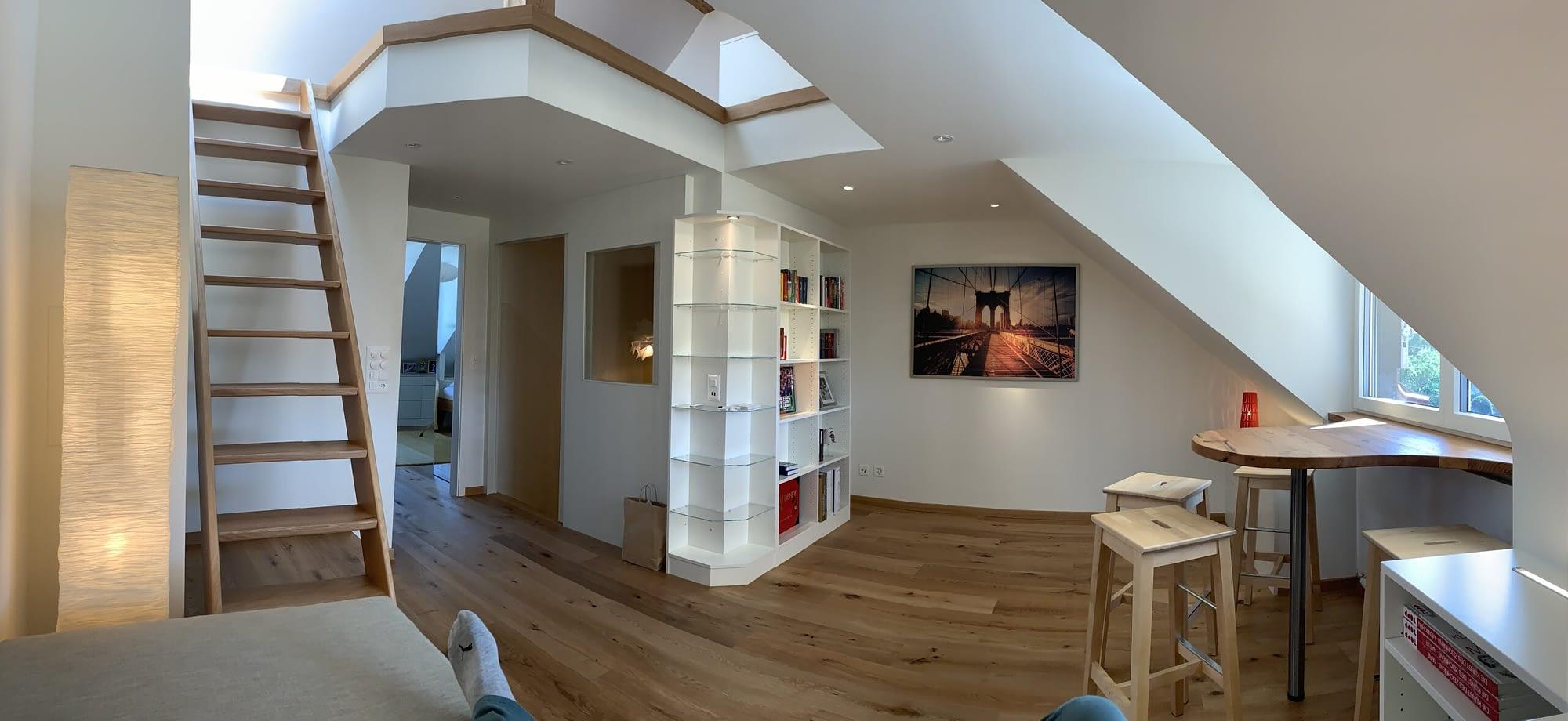 Umbau eines Wohnbereiches. Es gibt sehr viel Holz zu sehen. Der gesamte Boden, die Leiter sowie die Möbel sind aus Holz