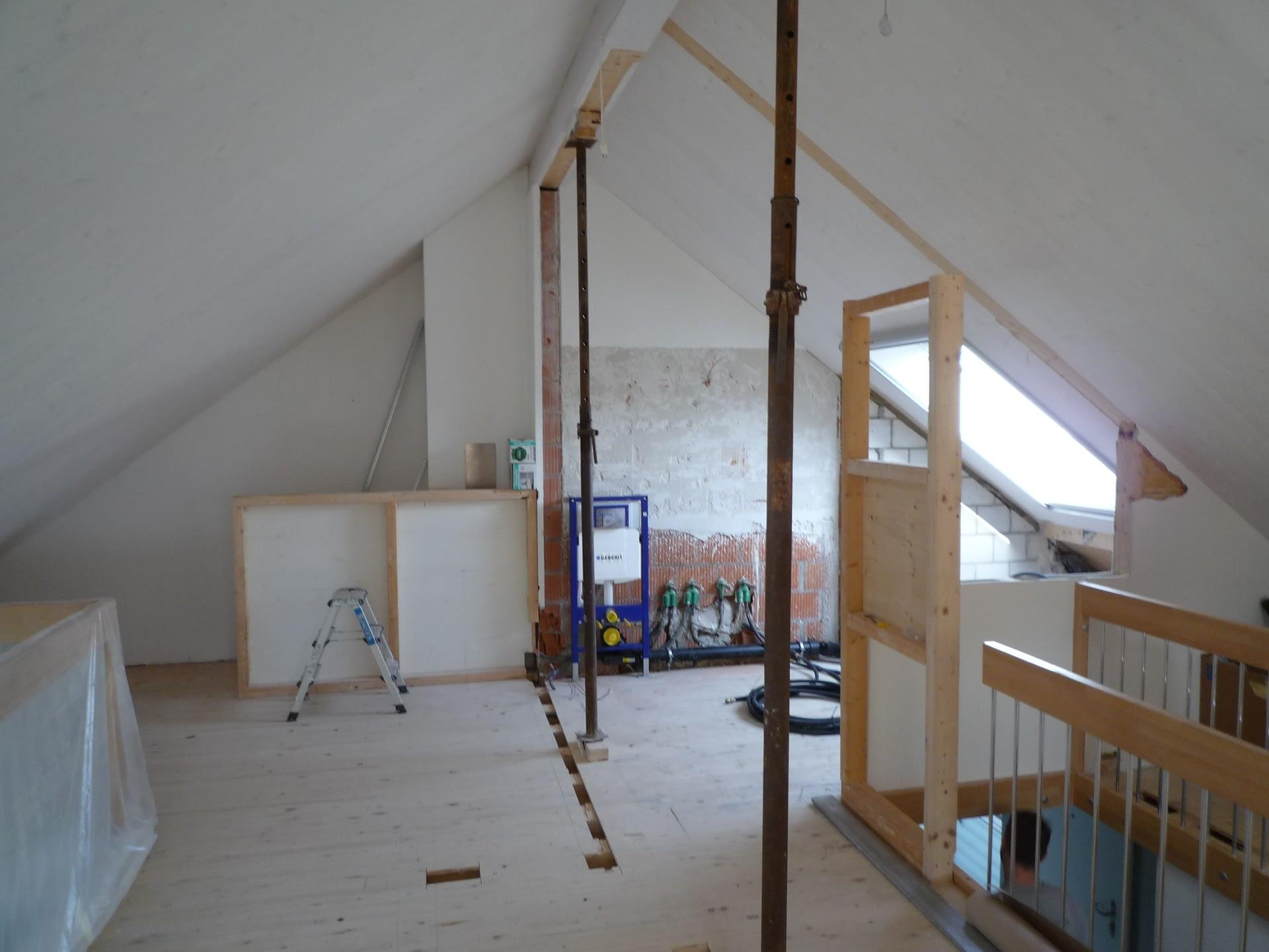 Vorherbild des Umbaus eines Dachstockwerks. Es ist noch eine Baustelle