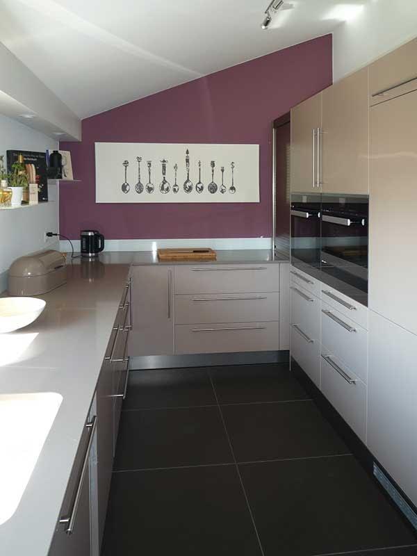 Rennovation einer Küche. Hier sieht man die Küche mit all ihren Schränken