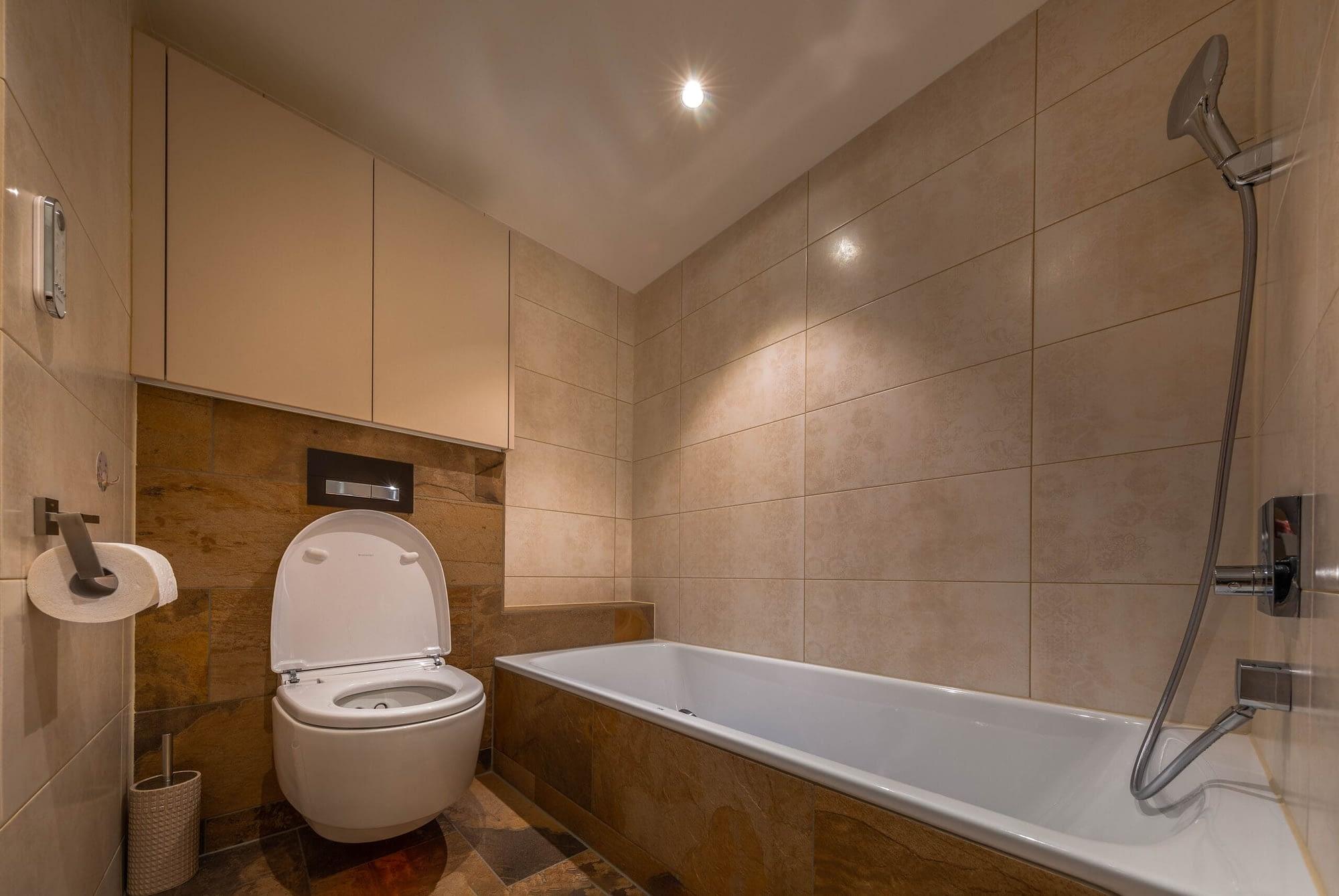 Badezimmer Wand und Boden aus Holz