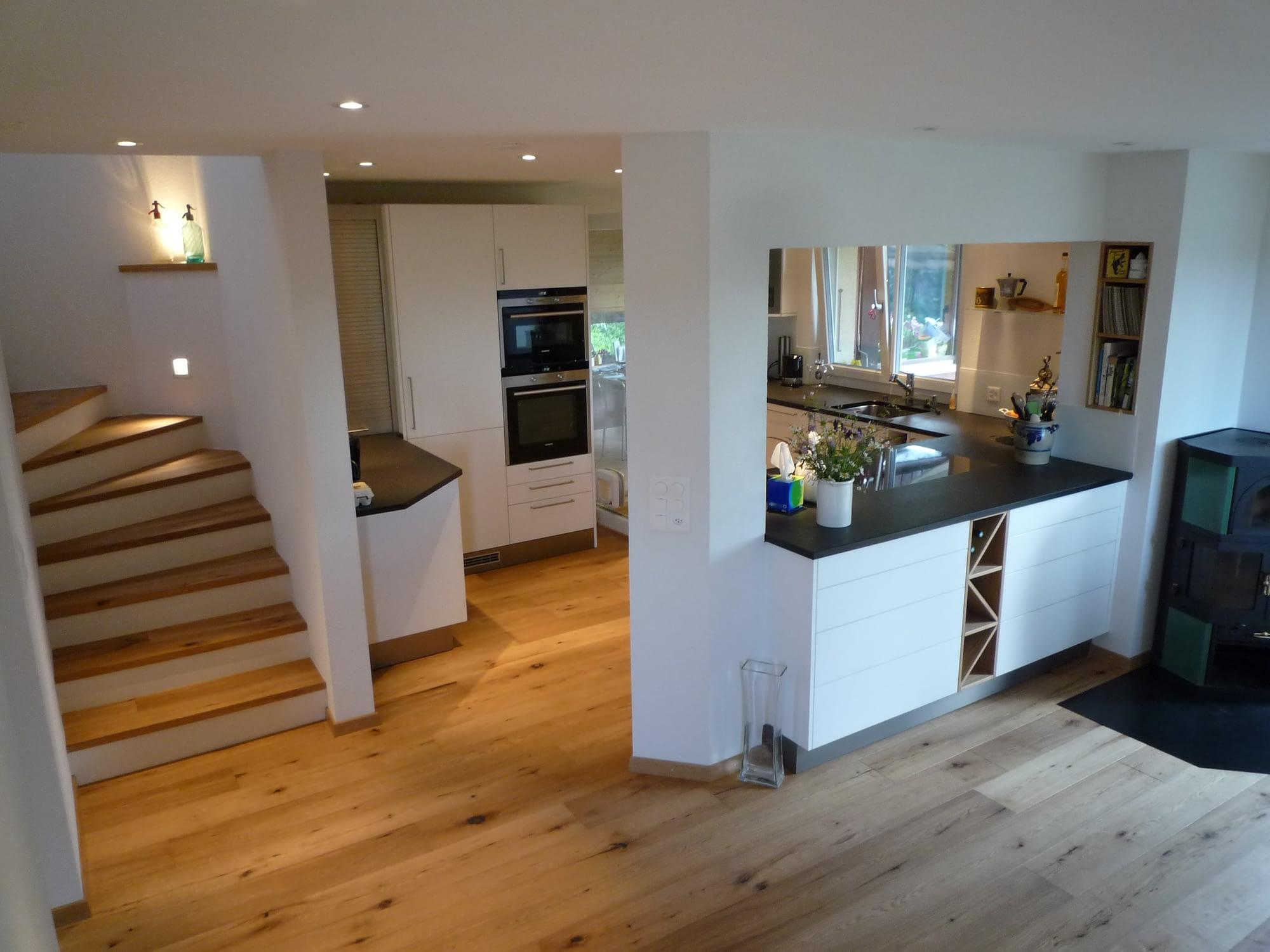 Umbau des Wohnbereiches. Der Boden sowie die Treppe besteht aus Holz