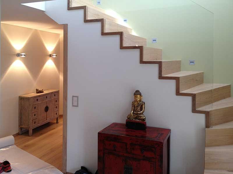 Umbau eines Eingangsbereiches. Dahinter sieht man eine Treppe, welche zum oberen Stockwerk führt