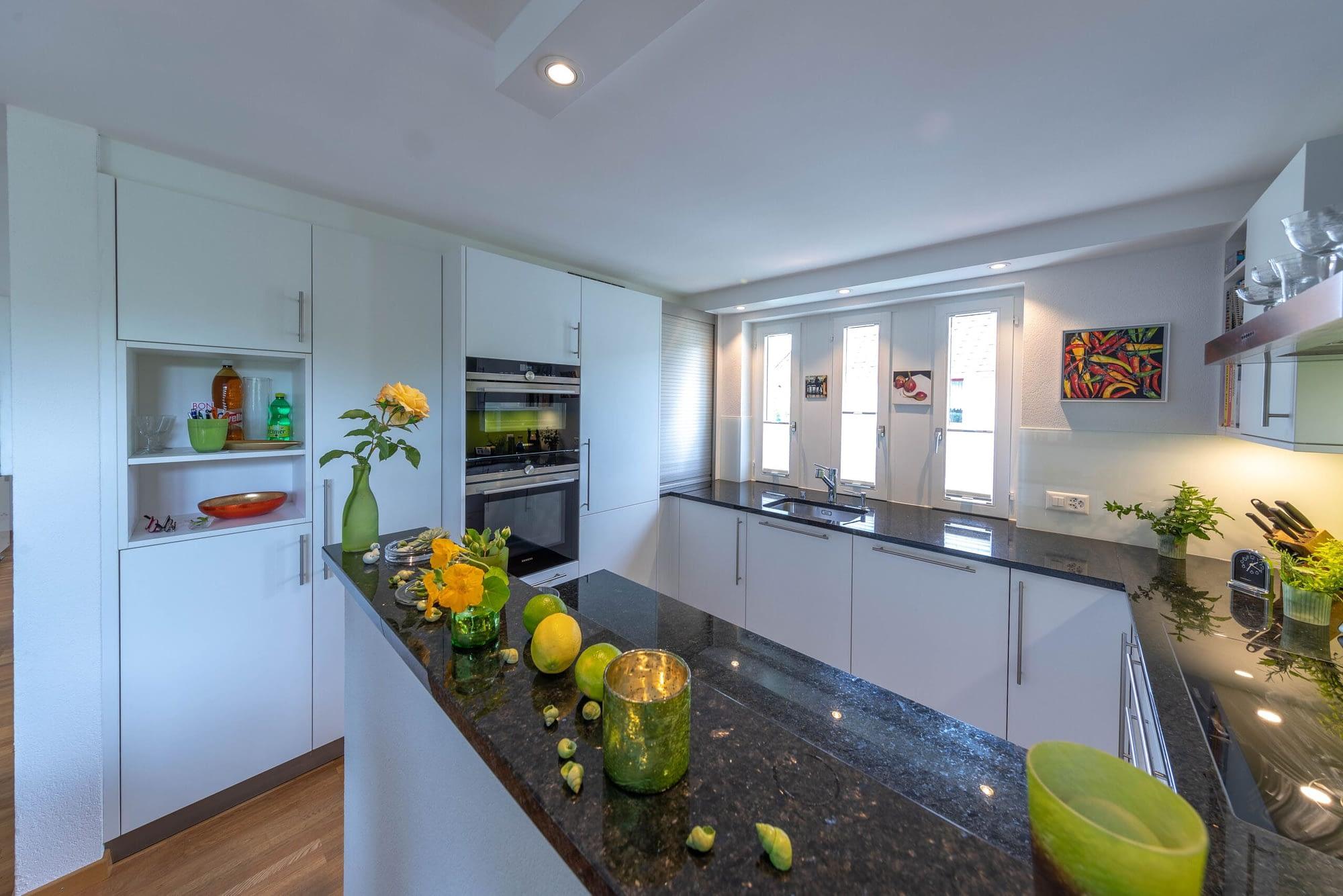 Komplettumbau der Küchenschränke sowie dem Boden von einer anderen Perspektive