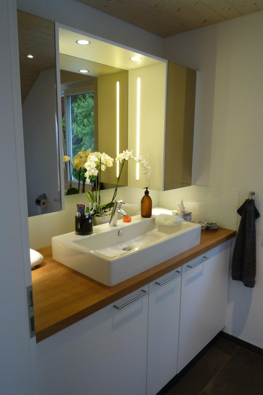 Badezimmeroberfläche unter Lavabo aus Holz