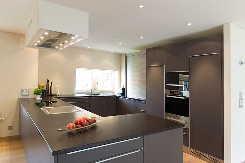 Moderne Küche aus Holz und Stein