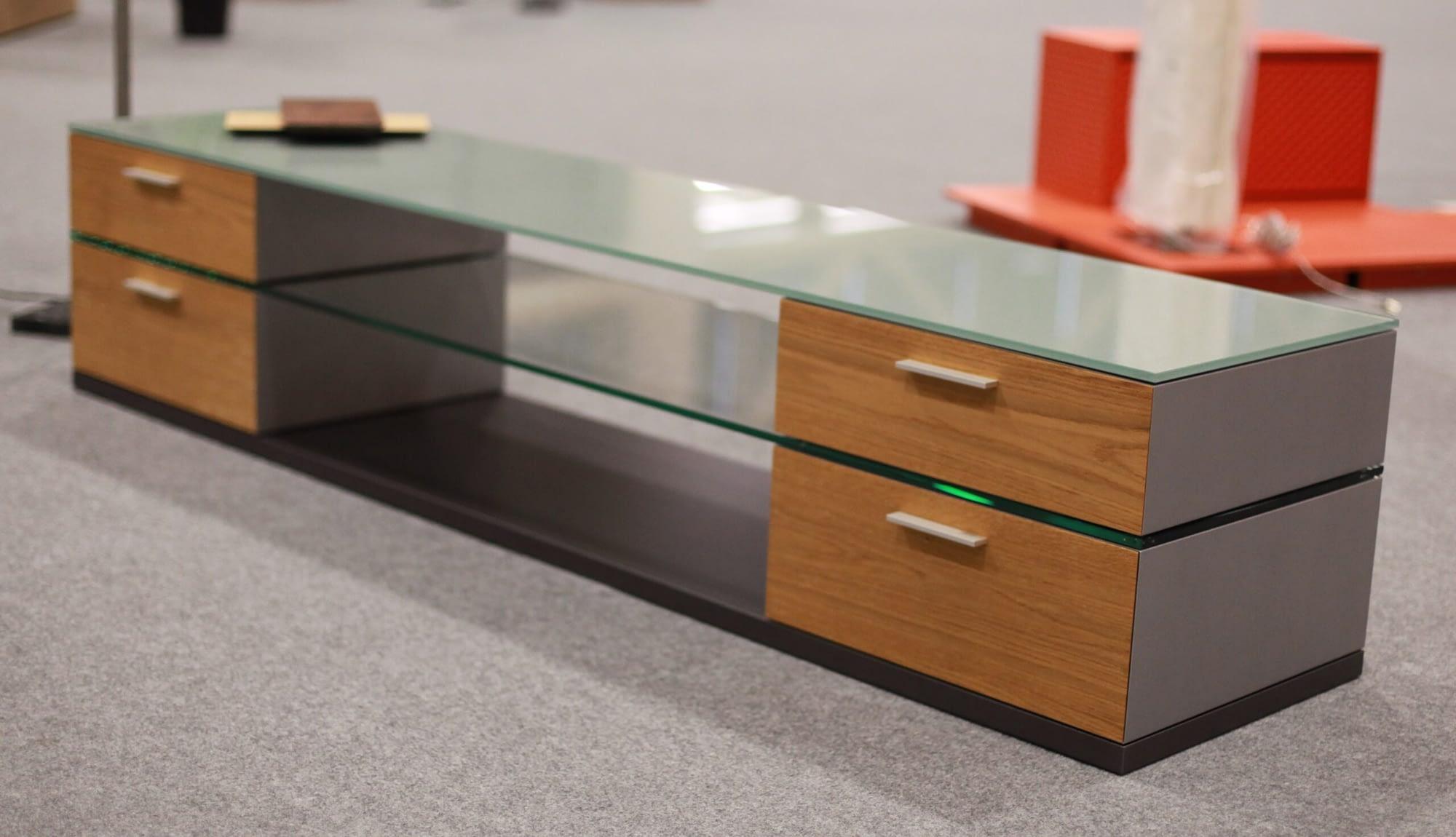 Ein Spezialprodukt der Hettich & Partner. Ein Fernsehmöbelchen, welches Schubladen auch Holz hat und darüber eine Glasscheibe